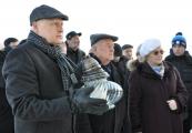 Pokaż powiększenie powyżej: Uczestnicy Międzynarodowego Dnia Pamięci o Ofiarach Holokaustu przy Pomniku-Bramie