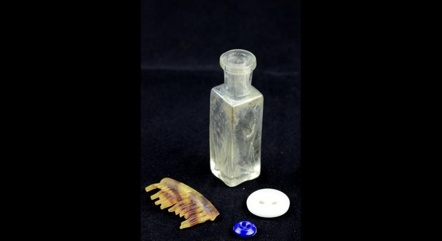 Powiększ obraz: Flakonik po perfumach, grzebyk, guziki
