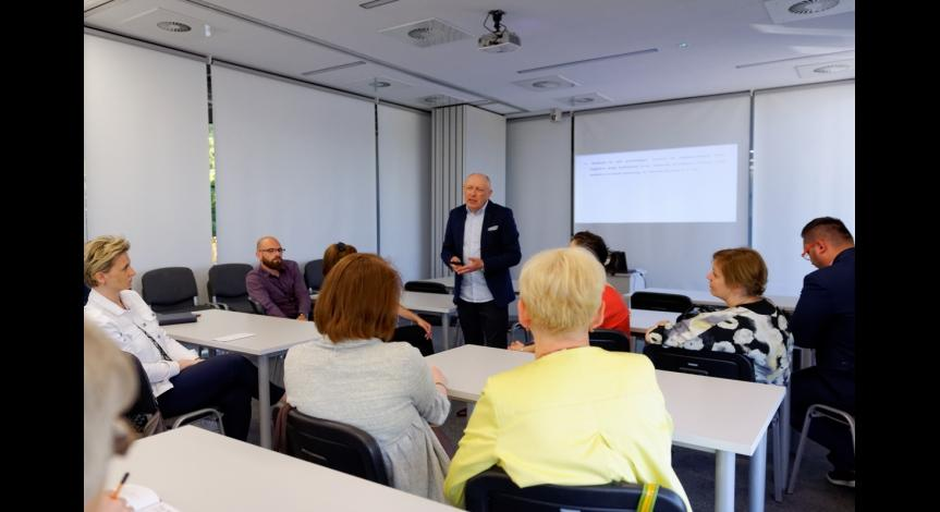 Powiększ obraz: Uczestnicy seminarium poznają koncepcję edukacyjną PMM