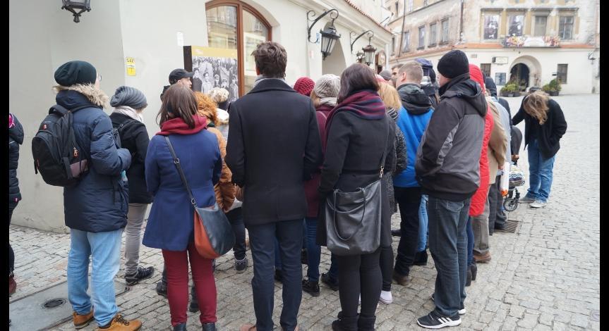 Powiększ obraz: Uczestnicy w trakcie oprowadzania po wystawie Dzielnice zagłady