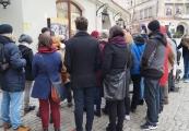 Pokaż powiększenie powyżej: Uczestnicy w trakcie oprowadzania po wystawie Dzielnice zagłady