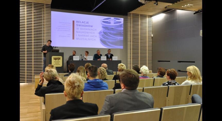 Powiększ obraz: Publiczność zgromadzona na debacie oraz prelegenci