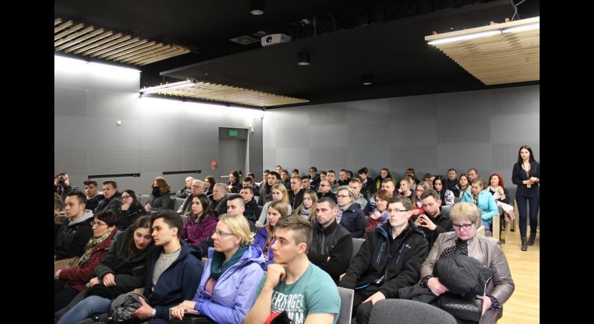 Powiększ obraz: Uczestnicy 40. Ogólnopolskiej Olimpiady Wiedzy Geodezyjnej i Kartograficznej w Państwowym Muzeum na Majdanku
