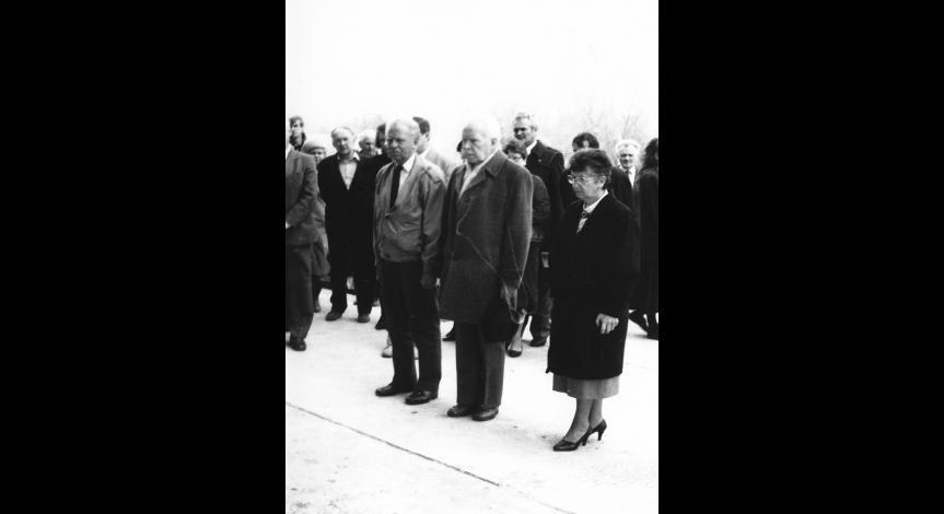 """Zoom image: Uczestnicy konferencji """"Na nieludzkiej ziemi"""" składają hołd pomordowanym na Majdanku, 18 kwietnia 1989"""