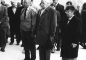 """Show larger image above: Uczestnicy konferencji """"Na nieludzkiej ziemi"""" składają hołd pomordowanym na Majdanku, 18 kwietnia 1989"""