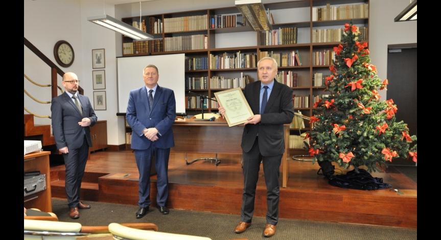 """Powiększ obraz: Monografia """"Majdanek w dokumentach"""" nagrodzona"""