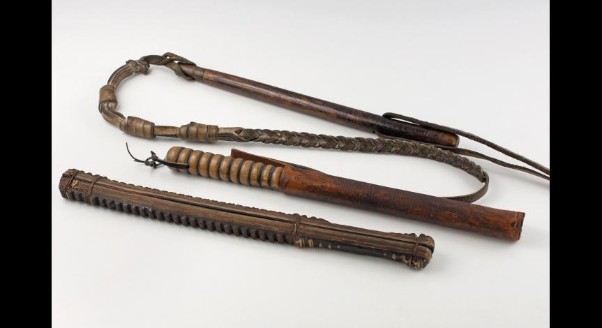Pałki i pejcze – narzędzia używane przez funkcjonariuszy obozu