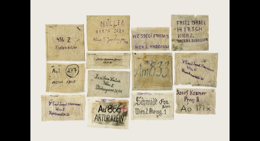 Naszywki, którymi przybywający do obozu znakowali swój bagaż