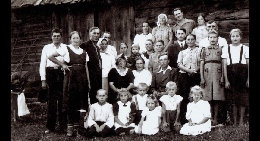 Powiększ obraz: Rodzina Obirków po wojnie