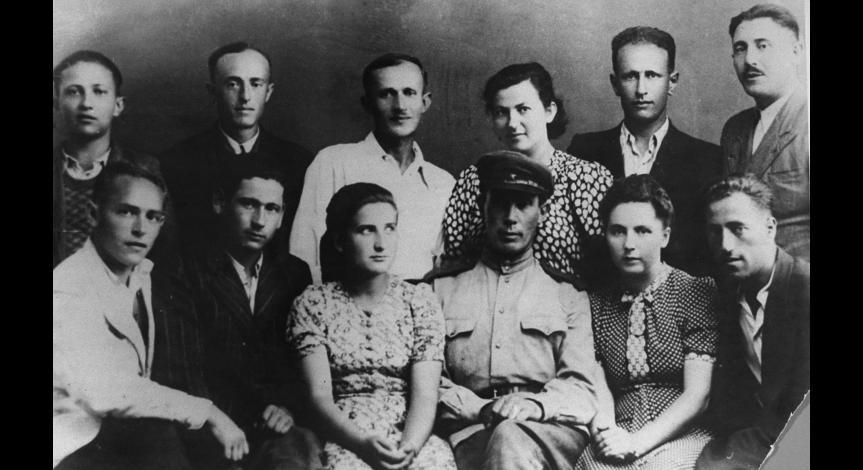 Zoom image: Survivors from Sobibór. Lejba Feldhendler in the upper right corner, August 1944 / USHMM