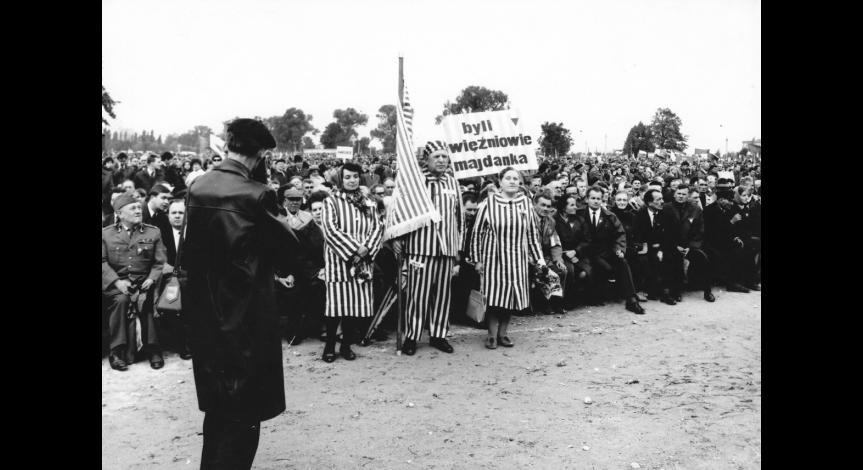 Powiększ obraz: Byli więźniowie Majdanka podczas odsłonięcia Pomnika Walki i Męczeństwa, 1969