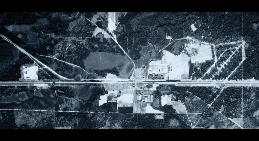 Powiększ obraz: Zdjęcie lotnicze wykonane przez Luftwaffe 28 maja 1944 r. Widoczne są na nim resztki zabudowań poobozowych